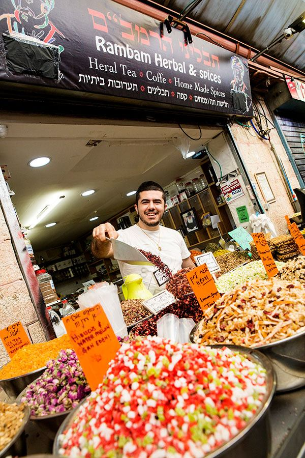 Herttainen teekauppiaani Haim Mahane Yehuda-torilla Jerusalemissa. Kuva: Robert Seger.