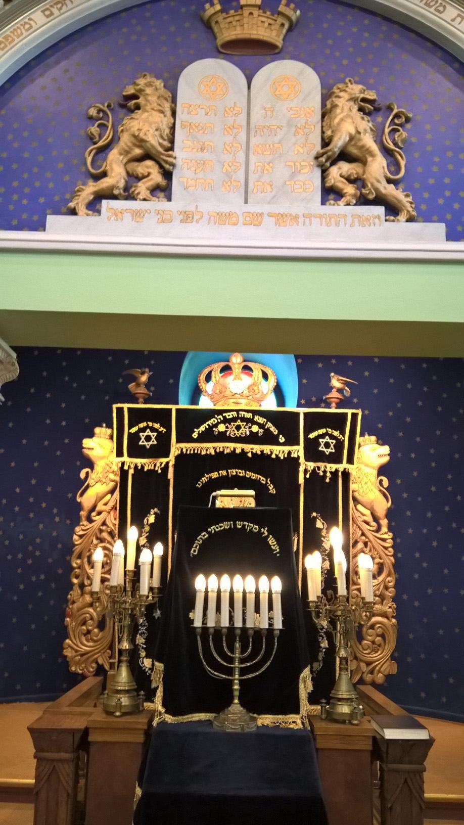 Turun Kesäyliopiston jatkokurssilaiset vierailulla Helsingin synagogassa.