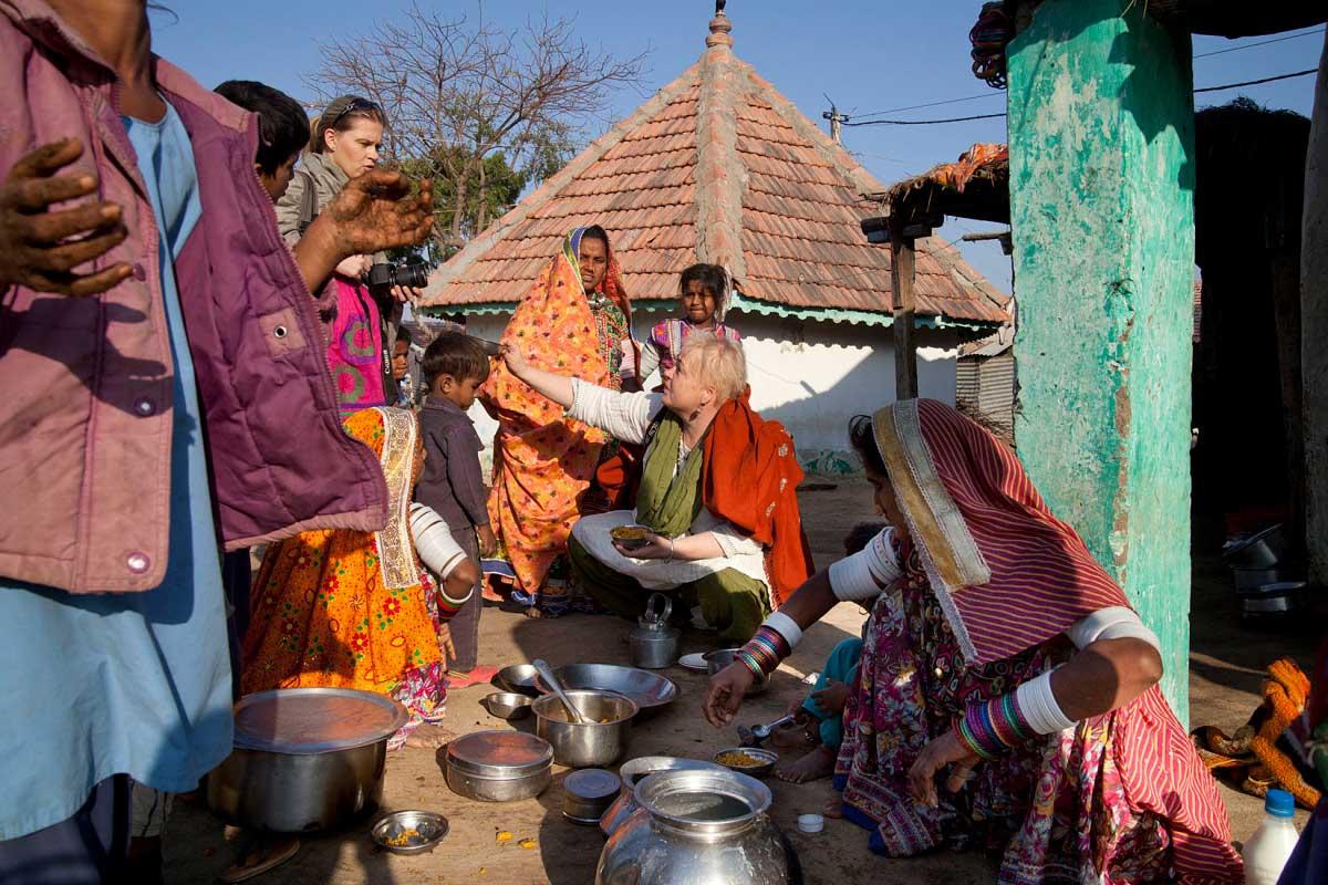 Tekemässä repparia intialaisesta, aavikkokylän perheestä Kutchissa. Kuva: Uzi Varon.