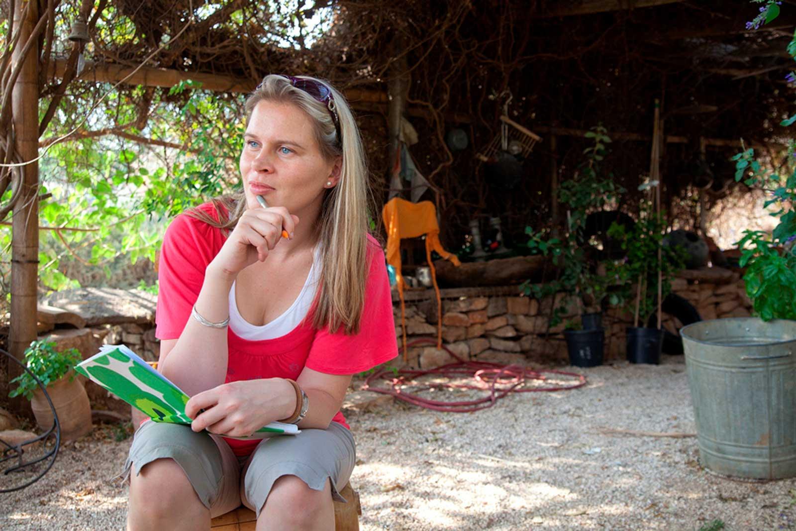 Ruokajuttua tekemässä vuohifarmilla Israelissa. Kuva Uzi Varon.